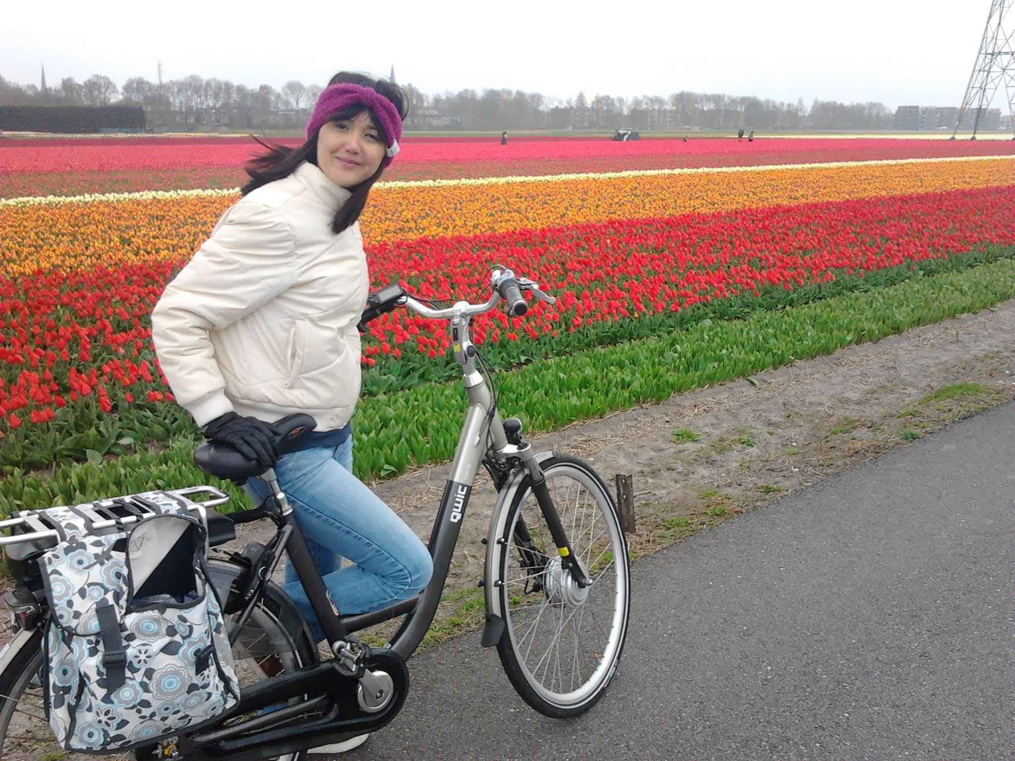 Autora do Holandesando passeia de bicicleta pelos campos de tulipas na Holanda