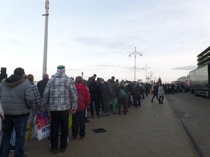 fila para o mergulho de ano novo no mar gelado de Scheveningen, na Holanda