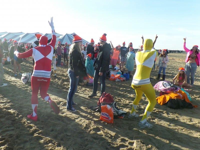 Mergulho de Ano Novo na Holanda: participantes se vestem de Power Rangers