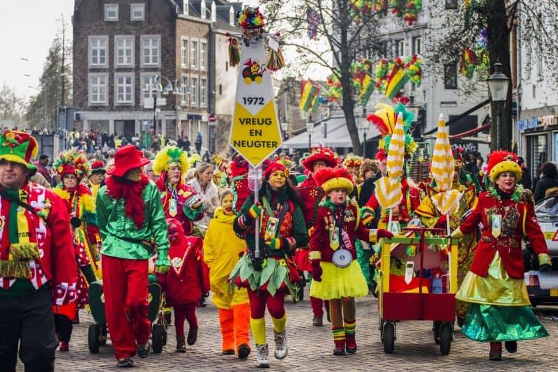 Desfile na Holanda, em Maastricht, com as cores do carnaval