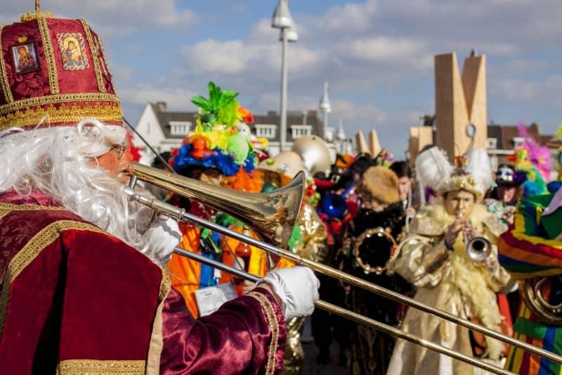 Carnaval na Holanda: homem fantasiado de Sinterklaas participa do desfile em Maastricht