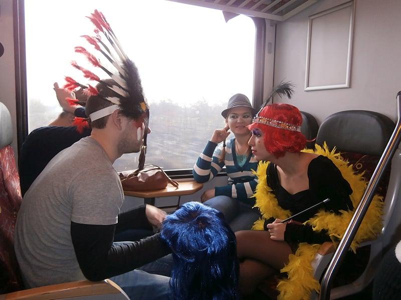 Estudantes fantasiados dentro do trem indo para o Carnaval em Maastricht, na Holanda