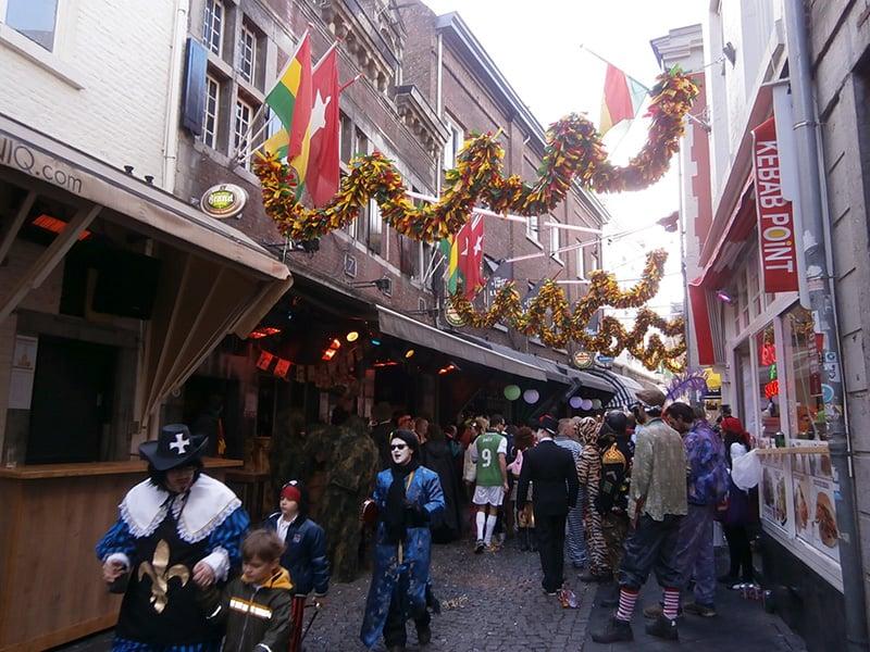 Carnaval na Holanda, em Maastricht: ruas e bares decorados para o carnaval