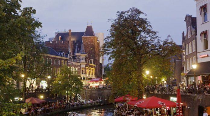 Foto de terrraços no canal em Utrecht, na Holanda