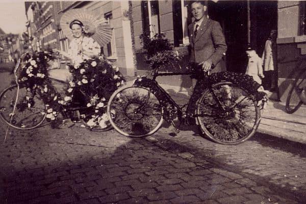 """Foi há 84 anos..."" ou quase isso. Ah, vocês entenderam! By Beeldarchief Stichting Bloemencorso Zundert [CC-BY-SA-3.0]"