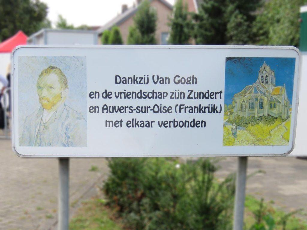Placa na entrada de Zundert em homenagem a Van Gogh. Graças a ele, Zundert e Auvers-sur-Oise (cidade na França onde ele faleceu) vão estar para sempre ligadas.