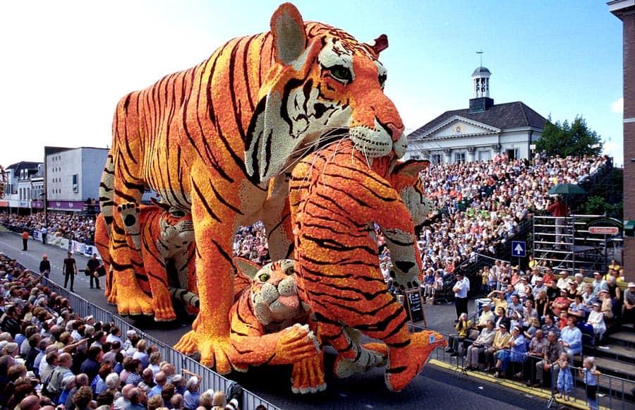 Carro alegórico com tigre e seu filhote na Parada das Flores em Zundert, a maior Parada das Flores do Mundo, que acontece em Zundert, cidade onde Van Gogh nasceu, na Holanda