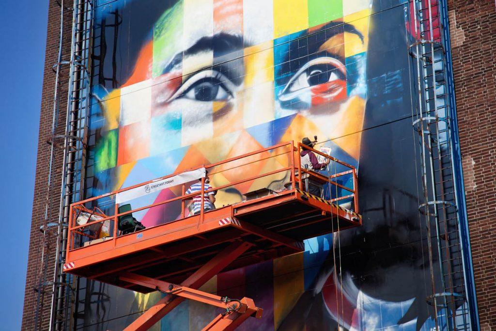 Brasileiro Kobra trabalhando no mural da Anne Frank