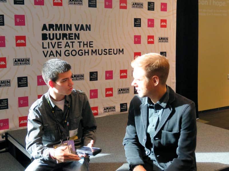 Armin van Buuren sentado na chón do Museu Van Gogh