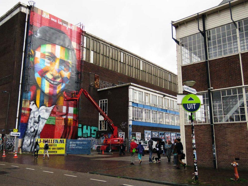 Colorido que ilumina. Mural da Anne Frank em Amsterdam