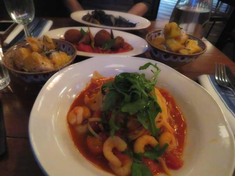 O famoso linguine de camarão do restaurante do Jamie Oliver em Rotterdam