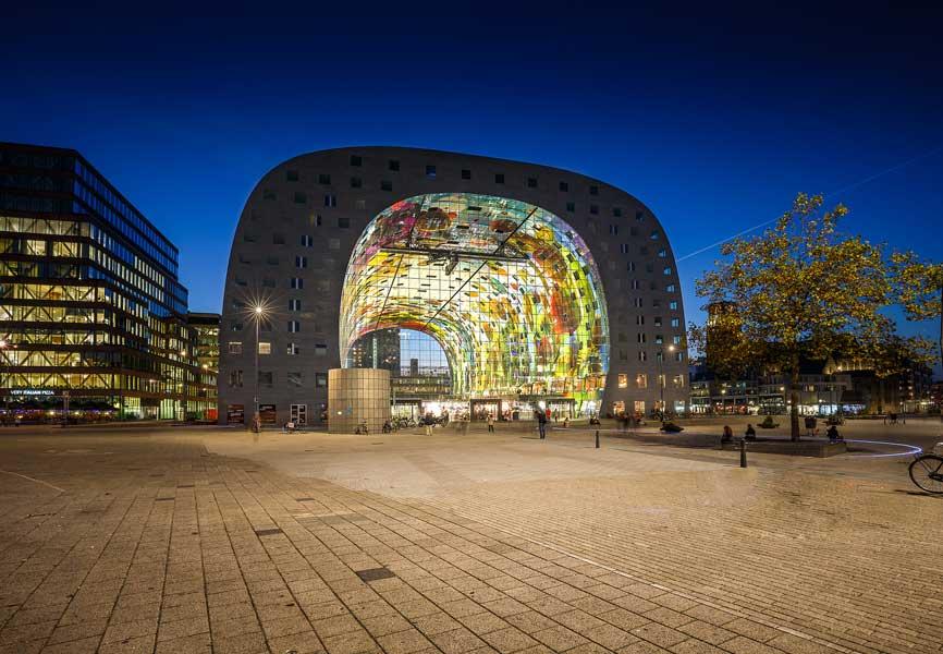 Markthal o mercado municipal de Rotterdam na Holanda à noite