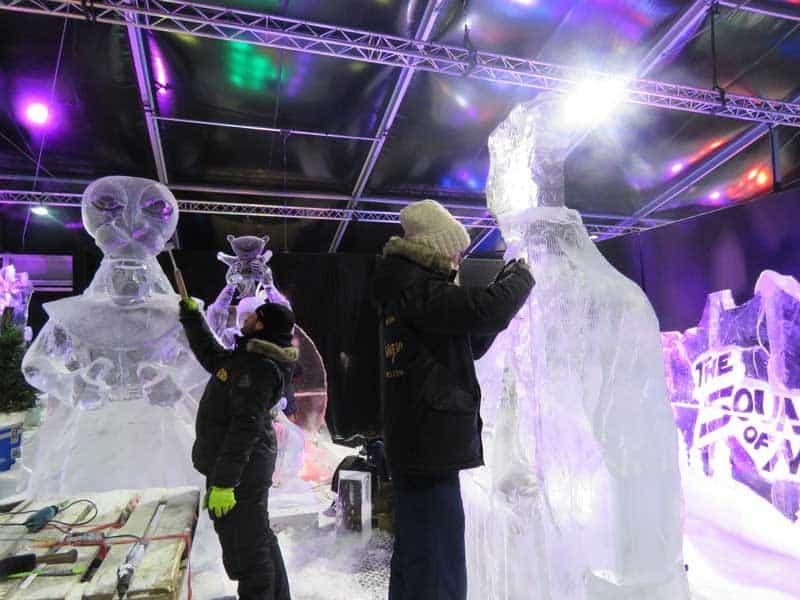 Artistas dão os últimos retoques nas esculturas de gelo do Rei Leão, o Musical