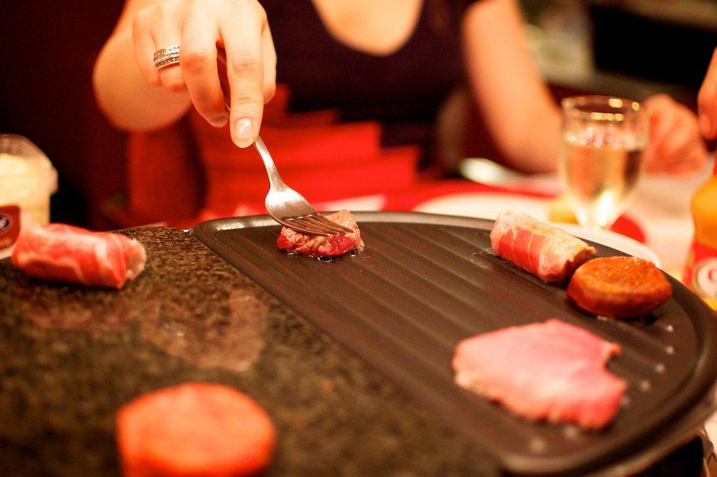Gourmetten: um churrasco indoor no Pakjesavond da Holanda