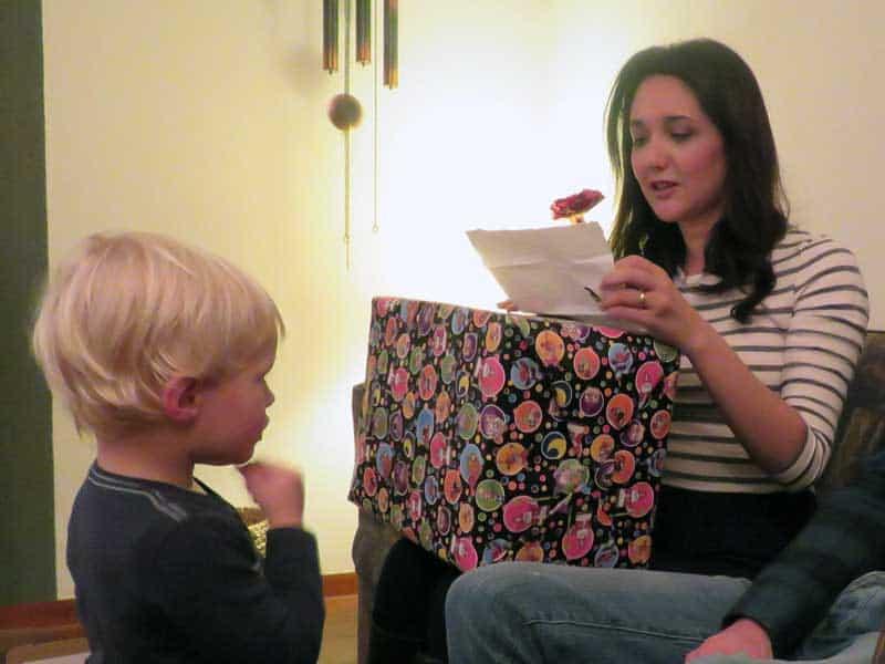 Pakjesavond: recebendo o presente e lendo o poema do Sinterklaas