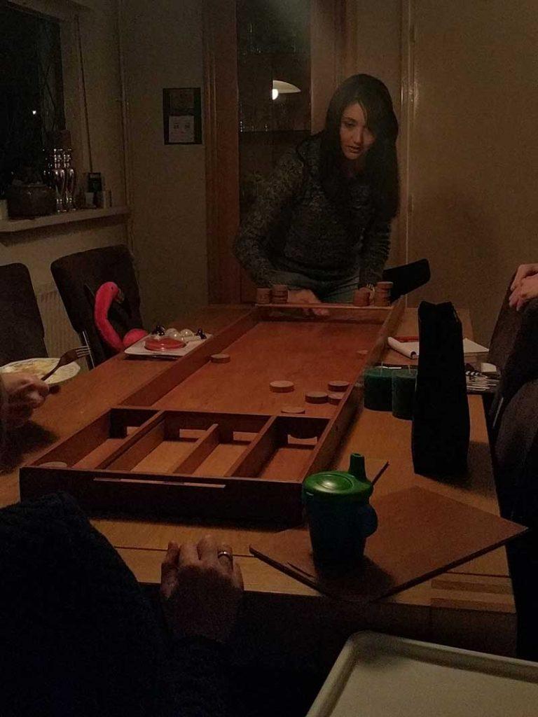 Jogando Sjoelen, um jogo tipicamente holandês, no Pakjesavond