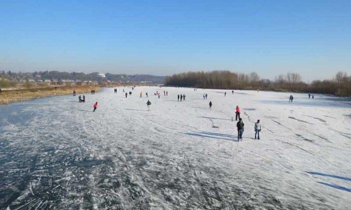 Pista de patinação no gelo em Uiterwaarden Wageningen, na Holanda