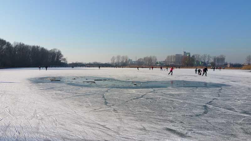 Pista natural de patinação no gelo em Wageningen com trecho rachado