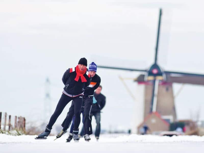 pessoas praticam patinação no gelo ao ar livre no kinderdijk, no sul da holanda