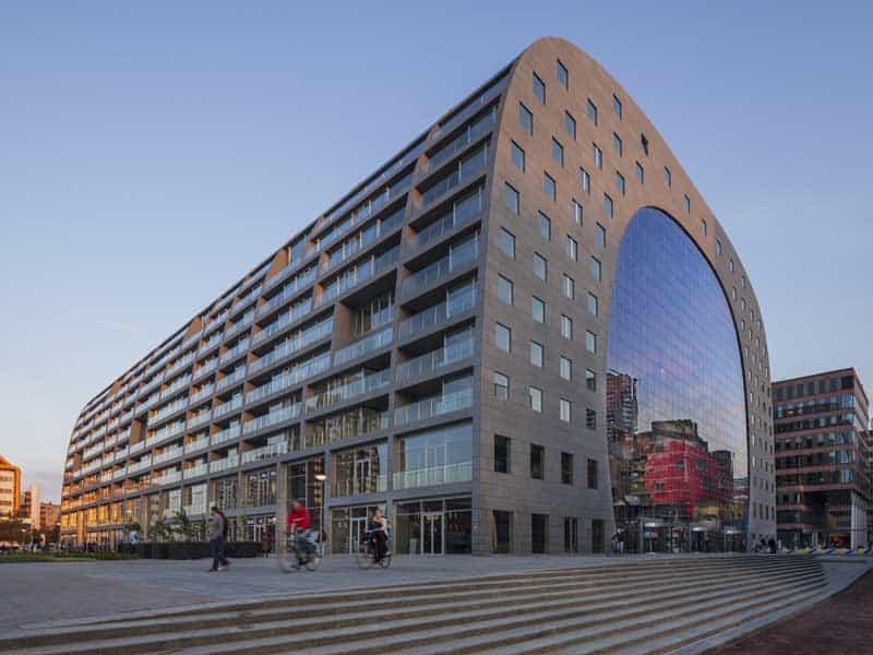 Markthal Rotterdam. Lateral do mercado, com fachada dos apartamentos que servem de moradia.