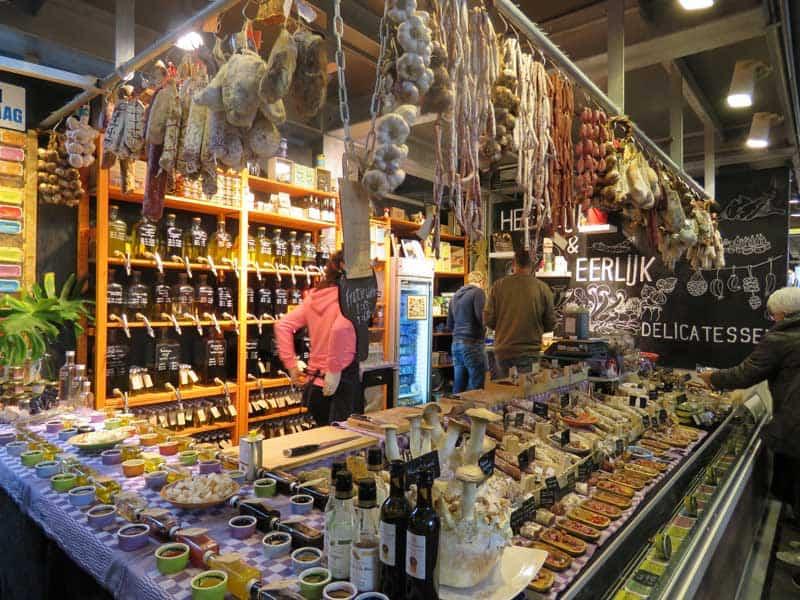 Estande de Delicatessen no Markthal o mercado de Rotterdam