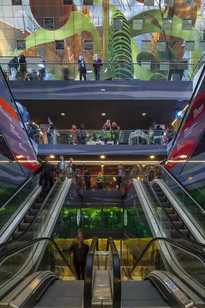Escada rolante do Markthal em Rotterdam. Uma viagem na história da Holanda