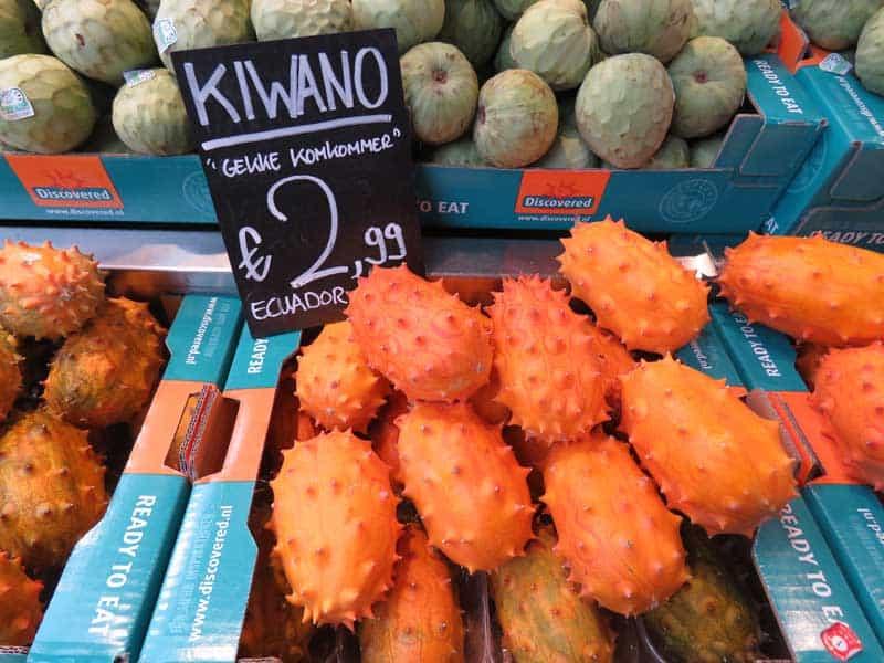 Barraca de frutas no markthal em Rotterdam, com a fruta Kiwano