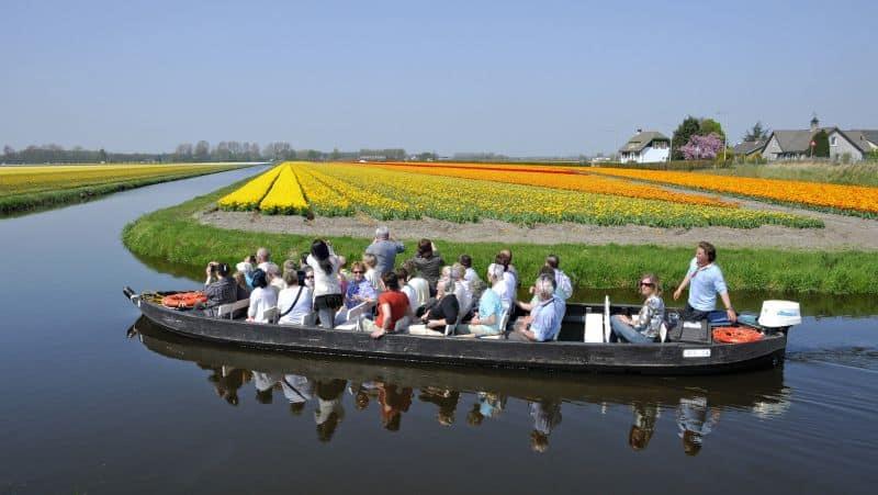 Passeio de barco nos campos de tulipas na região do Keukenhof na Holanda