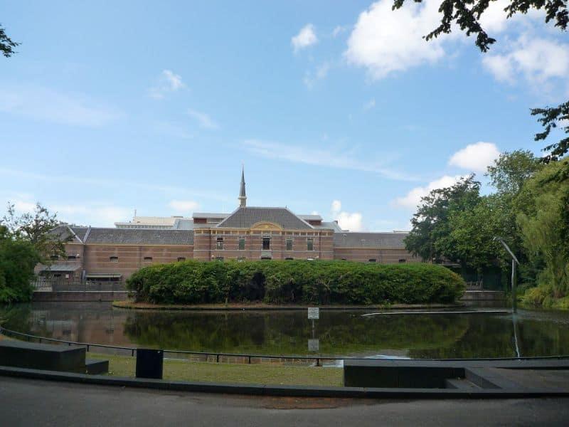 Jardim do Palácio Noordeinde em Haia, com os Estábulos Reais ao fundo