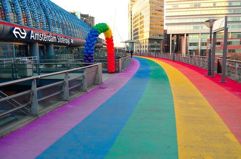 Faixa de Pedestre Colorida na Estação Amsterdam Sloterdijk, na Holanda