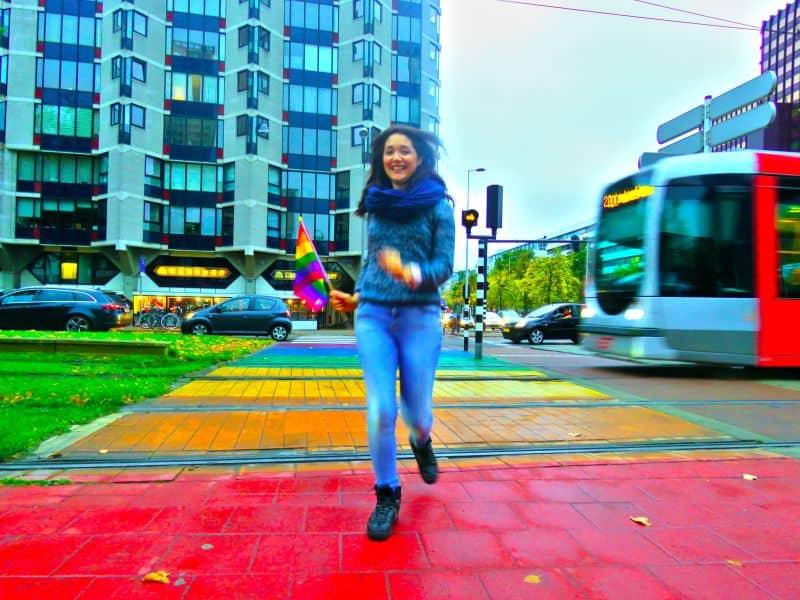 Atravessando a rua na Faixa de Pedestre Colorida em Rotterdam na Holanda