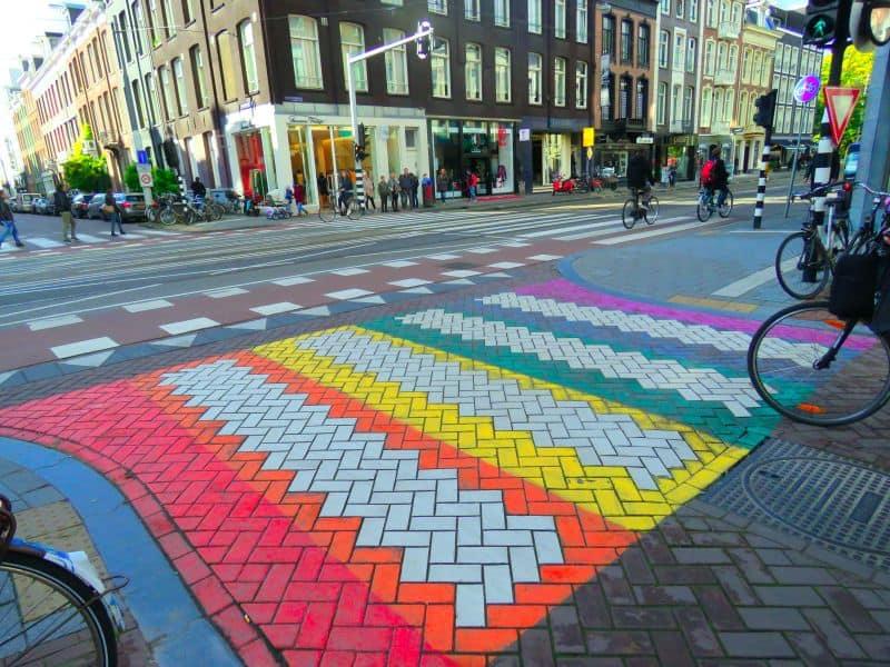 Atravessando a rua na Faixa de Pedestre Colorida em Amsterdam na Holanda