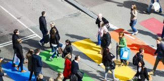 Faixa de pedestre colorida em Utrecht, na Holanda