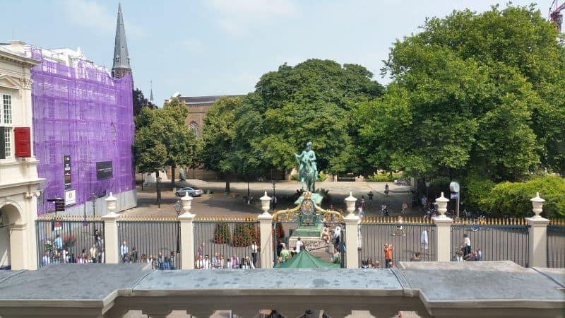 vista da rua a partir do balcão do Palácio Noordeinde em Haia