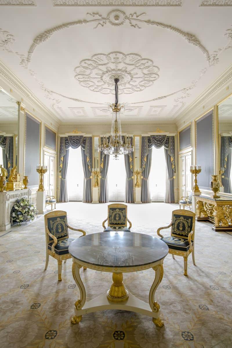 Balkonkamer do Palácio Noordeinde em Haia. Aqui a família real holandesa se reúne antes de ir ao balcão acenar para o público