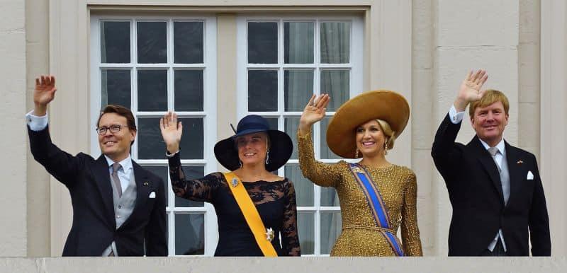 Família Real Holandesa acena para o público do balcão do palácio Noordeinde, em Haia