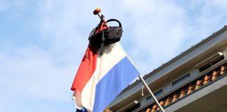 A tradição da mochila pendurada num mastro junto da bandeira da Holanda.