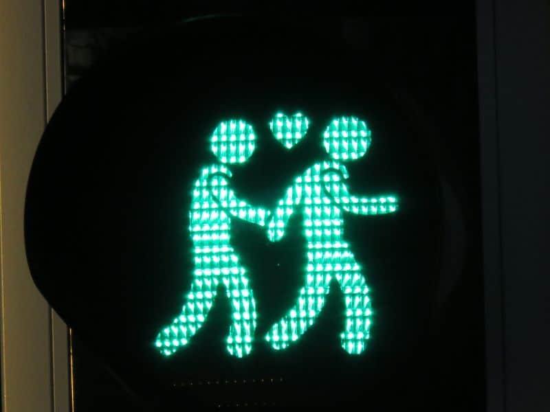 Semaforo em Arnhem mostra um casal do mesmo sexo andando de mãos dadas