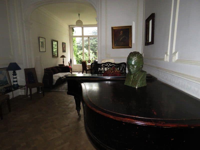 Apartamento em Ixelles na Bélgica, alugado via Airbnb com piano de cauda