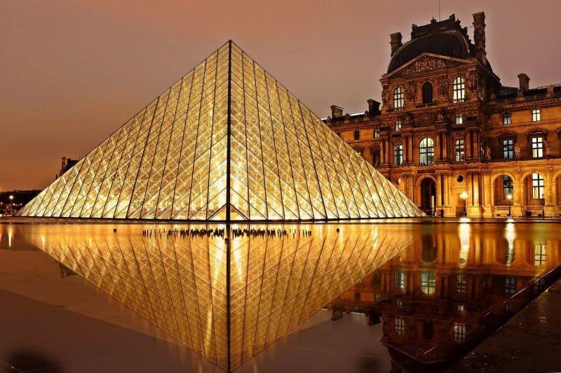 Pirâmide do Museu do Louvre, em Paris