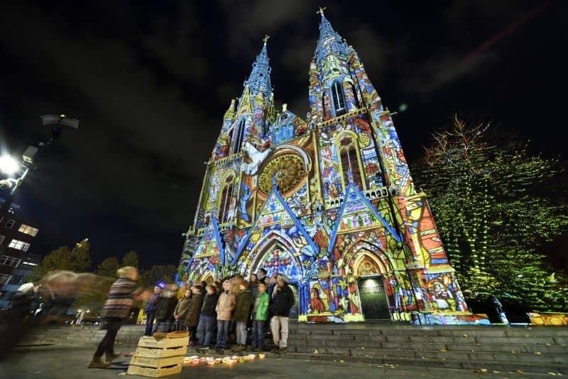 Projeção de luz na Igreja de Santa Catarina, o Catharinakerk, durante o Festival Glow Eindhoven