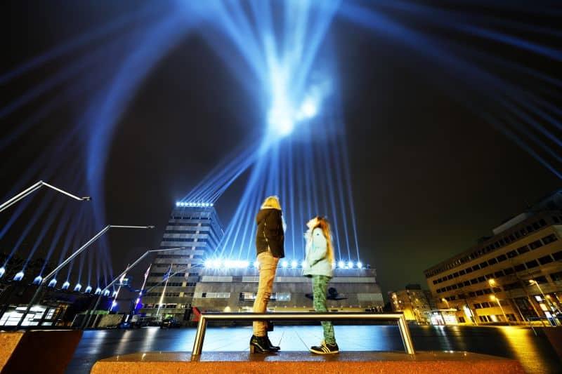 Nederland, Eindhoven, november 2017. Lichtkunstfestival GLOW Eindhoven is een looproute door het centrum van de stad langs ruim 30 objecten van internationale lichtkunstenaars en trekt ruim een half miljoen bezoekers. Hier met: Step Into The Light 2.0 van Michel Suk. foto: GLOW Eindhoven / Bart van Overbeeke