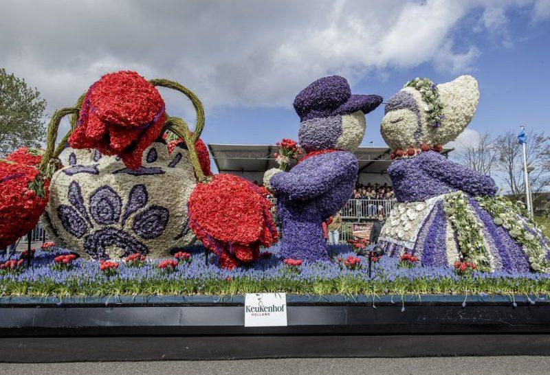 Carro alegórico com flores de casal típico holandês no Bloemencorso Bollenstreek, também conhecido como a Parada de Flores do Keukenhof