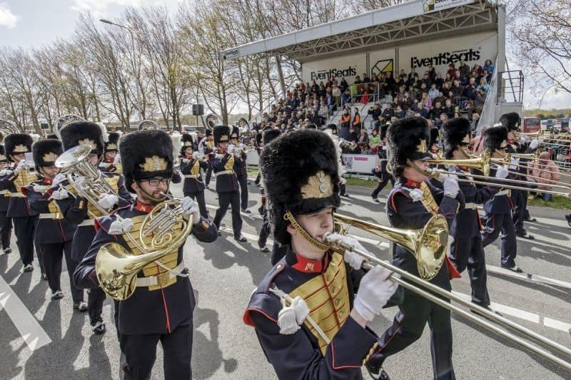 Fanfarra tocando música em frente à tribuna vip da Parada de Flores Keukenhof na região do Bollenstreek