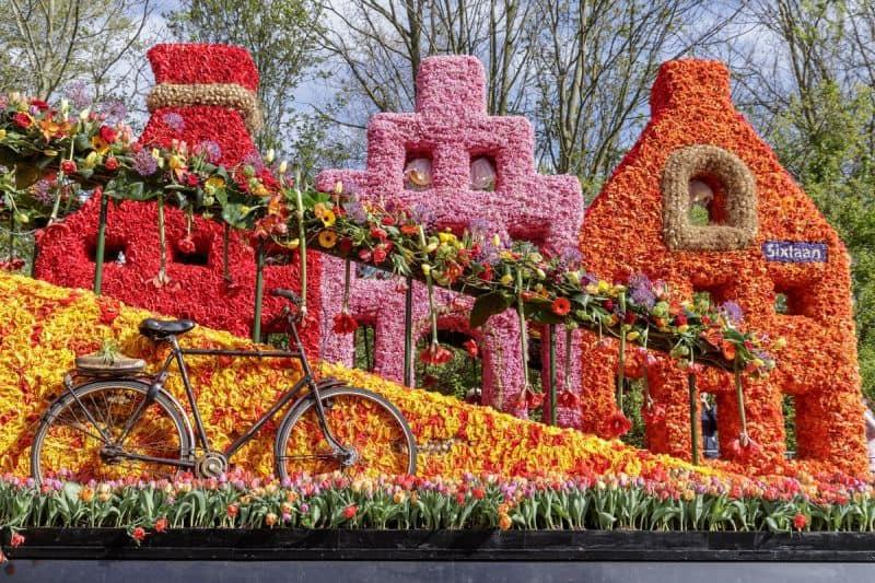 Parada das Flores do Keukenhof com carro decorado com formato de casas de amsterdam