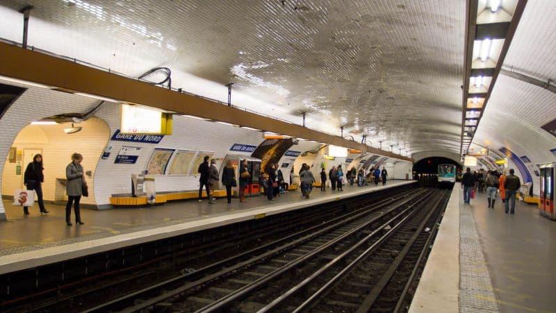 Plataforma da estação de Metrô do Gare du Nord, em Paris