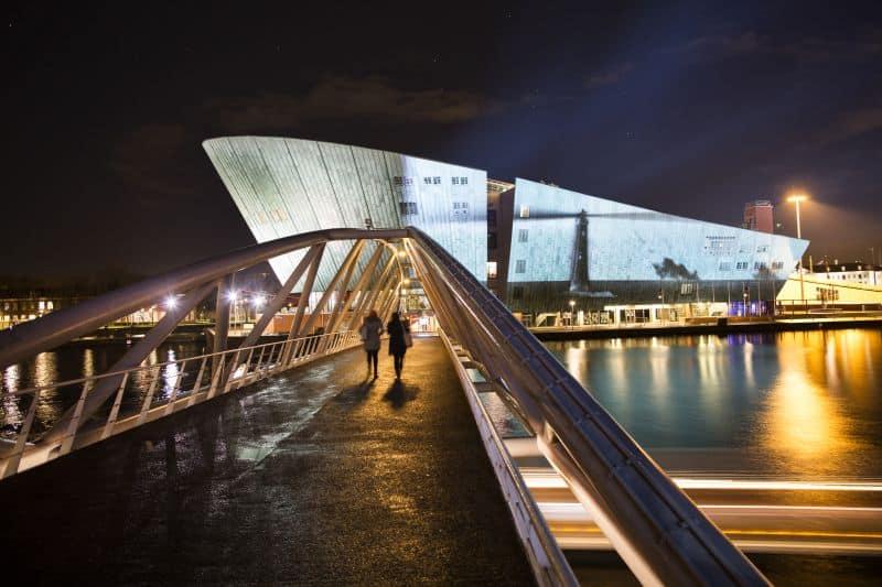 Projeção de um farol em movimento no Nemo Museum, em Amsterdã, para o Amsterdam Light Festival, que acontece no inverno da Holanda