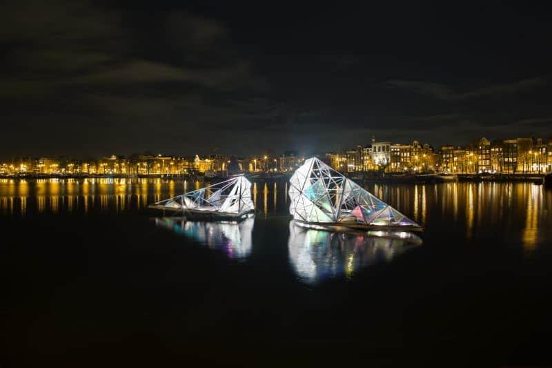 Instalação de luz nos canais de Amsterdã para o Amsterdam Light Festival no inverno da Holanda