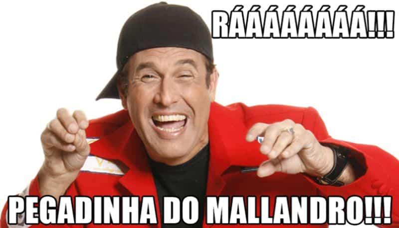 Sérgio Mallandro dizendo: RÁ! PEGADINHA DO MALLANDRO!
