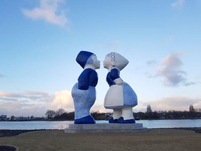 Estátua de Casal Gigante Holandês é o novo cartão postal de amsterdam, na Holanda